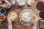 """Постер, картина, фотообои """"вид сверху женщины смешивания ингредиентов и подготовке тесто для домашней выпечки"""""""