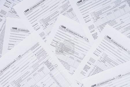 Photo pour Vue en haut de l'arrière-plan avec formulaires fiscaux et espace de copie - image libre de droit