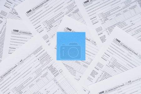 Photo pour Vue du haut de la carte bleue vide avec des formulaires fiscaux sur fond - image libre de droit