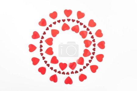 Foto de Vista superior de los círculos de símbolos de corazón rojo aislados en blanco, el concepto de día de San Valentín - Imagen libre de derechos