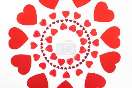 Foto de Elevada visión círculos hechos de símbolos de corazón rojo aislados en blanco, el concepto de día de San Valentín - Imagen libre de derechos