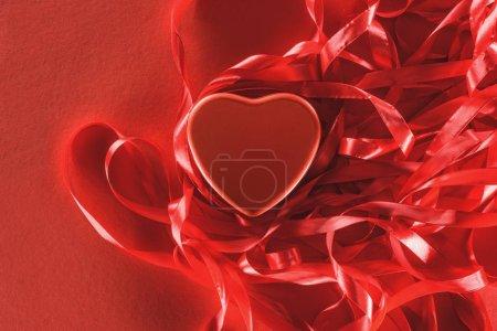 Photo pour Vue rapprochée du beau coeur rouge et rubans décoratifs, Valentin fond - image libre de droit