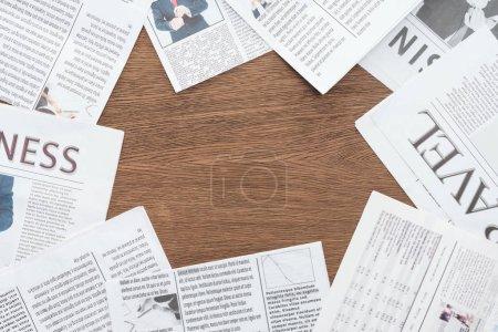Foto de Vista elevada de diversos periódicos sobre tablero de madera - Imagen libre de derechos