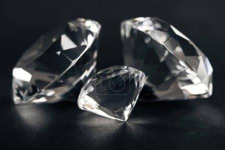 Photo pour Mise au point sélective des diamants clair sur fond noir - image libre de droit