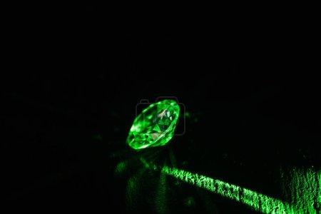 Photo pour Diamant lumineux avec ray néon vert clair sur fond foncé - image libre de droit
