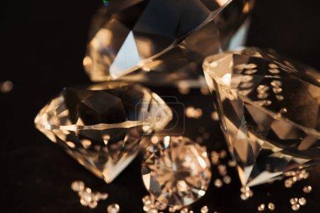 Photo pour Gros plan de purs diamants or isolée sur fond noir - image libre de droit