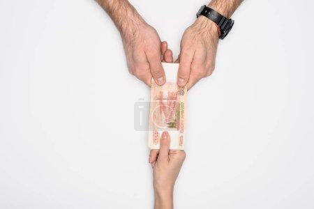 Photo pour Vue partielle de l'homme et la femme tenant ensemble des billets de banque russe isolé sur fond gris - image libre de droit