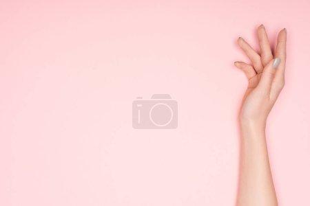 Foto de Vista recortada de mano femenina con copia espacio aislado en rosa - Imagen libre de derechos