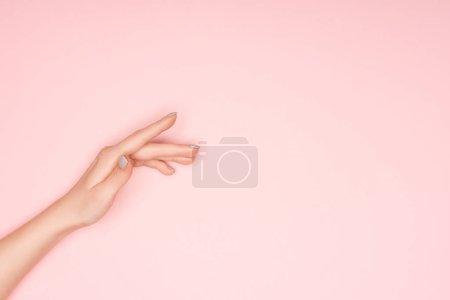 Photo pour Vue recadrée de main femelle isolée sur rose avec espace copie - image libre de droit