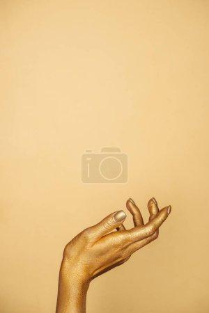 Photo pour Vue recadrée de femelle peinte à la main isolée sur or avec espace de copie - image libre de droit