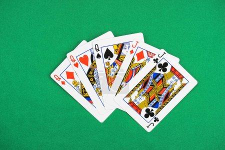 Foto de Vista superior de mesa verde con cartas reveladas, tres reinas y dos conectores - Imagen libre de derechos