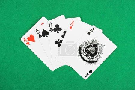 Photo pour Vue de dessus de table de poker vert et déplié jouer aux cartes avec des couleurs différentes - image libre de droit