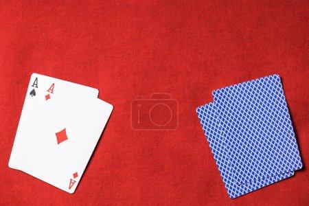 Photo pour Vue de dessus de table de poker rouge et carte à jouer avec le costume de diamant sur le pont - image libre de droit