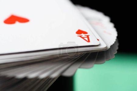 Photo pour Fonction de mise au point sélective d'ace carte à jouer avec les coeurs deck sur fond vert - image libre de droit