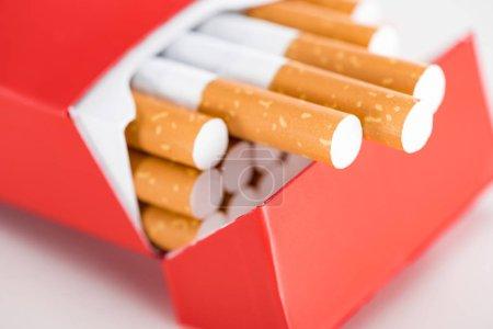 Photo pour Gros coup de cigarettes dans le paquet rouge - image libre de droit