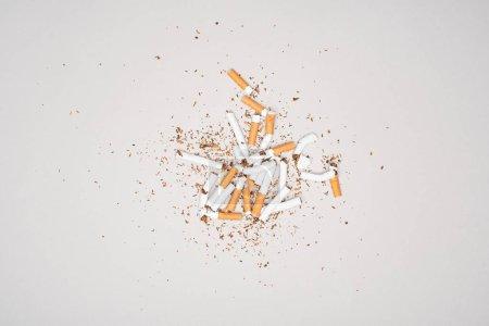 Photo pour Vue de dessus de cigarettes cassés isolé sur fond gris, stop tabac concept - image libre de droit