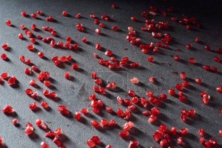 Photo pour Photo de studio de grenats graines sur la surface sombre - image libre de droit