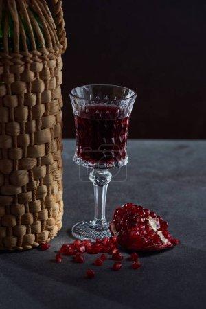 Foto de Disparo de estudio de la botella de vino, Copa de vino y granate - Imagen libre de derechos