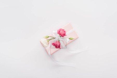 Photo pour Vue du dessus du coffret cadeau avec ruban et fleurs isolées sur blanc - image libre de droit