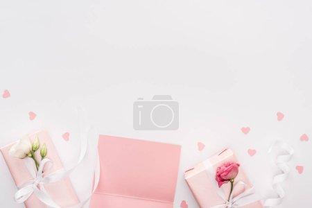 Photo pour Vue du dessus des boîtes-cadeaux, des coeurs de cartes vierges et de papier isolés sur blanc avec espace de copie - image libre de droit