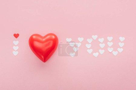 Photo pour Fond avec inscription «je t'aime» en papier coeurs isolés sur Rose, st Valentin concept - image libre de droit
