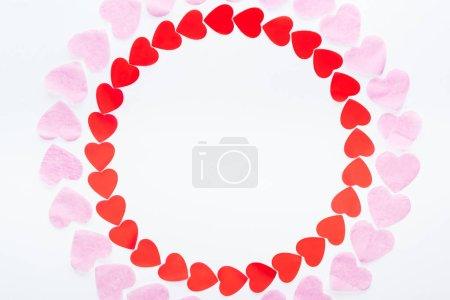 Photo pour Vue de dessus du cadre rond fait de papier rouge et rose coeur isolé sur blanc, st Valentin concept - image libre de droit