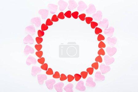 Foto de Vista superior de marco redondo con corazones de papel rojo y rosa aislado sobre blanco, el concepto de día de San Valentín st - Imagen libre de derechos