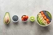 """Постер, картина, фотообои """"вид сверху здоровый смузи чаши со свежими фруктами и ингредиенты на сером фоне"""""""