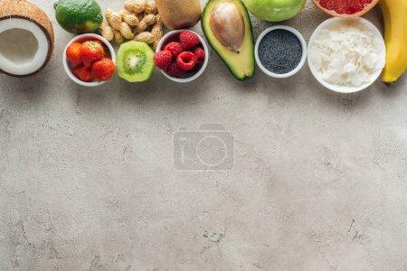 Foto de Fondo gris con ingredientes frescos y espacio de copia - Imagen libre de derechos