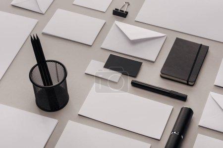 Photo pour Lay plat avec fournitures de bureau blanc et noir sur fond gris - image libre de droit
