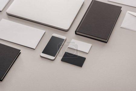 Photo pour Lay plat avec gadgets et articles de papeterie sur fond gris - image libre de droit