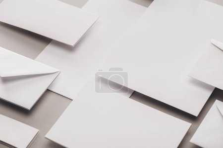 Photo pour Lay plat avec des livres blancs et des enveloppes sur fond gris - image libre de droit