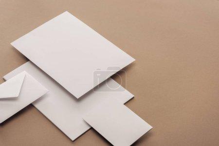 Photo pour Enveloppe, carte et feuilles de papier avec l'espace de copie - image libre de droit