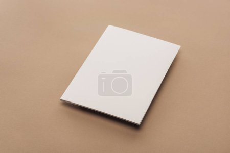 Foto de Hoja vacía de papel con espacio de copia sobre fondo beige - Imagen libre de derechos