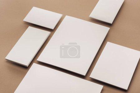 Photo pour Pose plate avec feuilles vides de papier et cartes - image libre de droit
