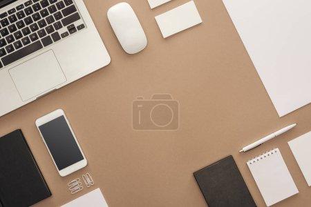 Photo pour Vue de dessus du portable, smartphone, stylet, souris d'ordinateur, cartes et cahier - image libre de droit