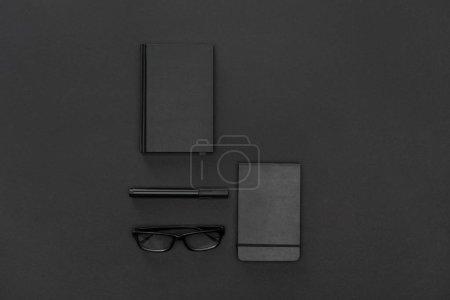Photo pour Vue du dessus des cahiers, stylo et lunettes - image libre de droit
