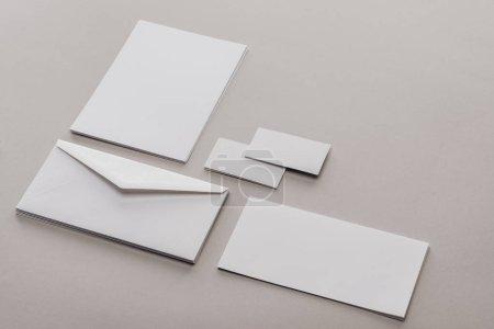 Photo pour Enveloppes, cartes et feuilles de papier sur fond gris - image libre de droit