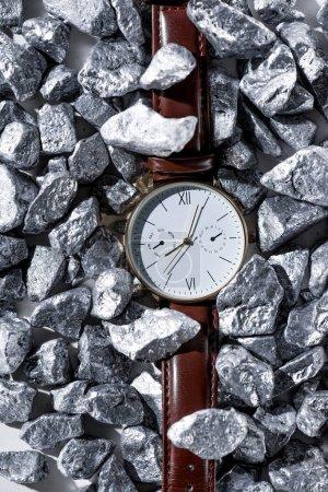 Photo pour Vue de dessus de montre-bracelet élégant avec bracelet de montre en cuir sur les pierres - image libre de droit