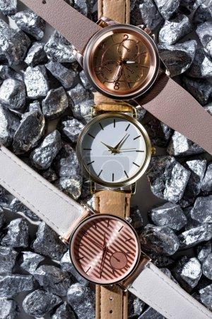 Photo pour Vue de dessus des montres-bracelets allongé sur les pierres grises - image libre de droit