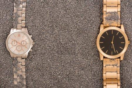 Photo pour Vue de dessus des montres de luxe, allongé sur le sable doré - image libre de droit
