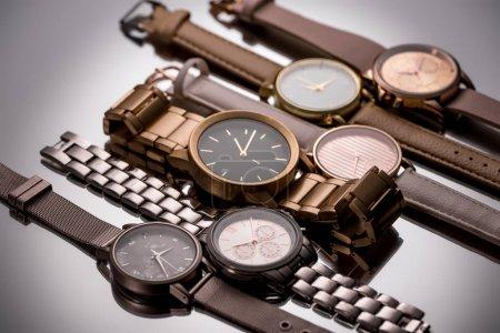 Photo pour Montres de luxe avec des aiguilles de l'horloge située sur fond gris - image libre de droit