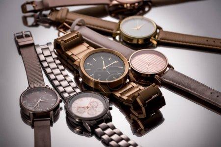 Photo pour Mise au point sélective des montres de luxe sur fond gris - image libre de droit