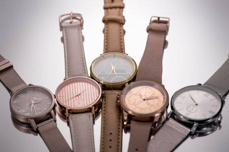 Photo pour Mise au point sélective des montres de luxe se trouvant sur fond gris - image libre de droit