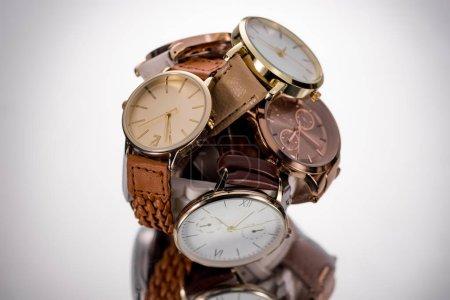 Photo pour Mise au point sélective des montres élégantes sur fond gris - image libre de droit