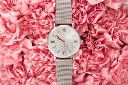 Foto de Vista superior del reloj de pulsera de lujo en flores - Imagen libre de derechos