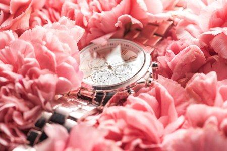 Foto de Reloj de pulsera suizo en flores flor rosas - Imagen libre de derechos