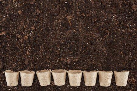 Foto de Vista superior de vasos de papel en el suelo, proteger el concepto de naturaleza - Imagen libre de derechos
