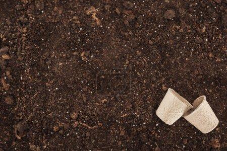 Photo pour Vue du dessus des gobelets jetables usagés sur le sol, la protection de la nature concept - image libre de droit
