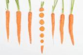 """Постер, картина, фотообои """"вид сверху композиции с всю морковь с одной нарезанные морковь в центре, изолированные на белом"""""""